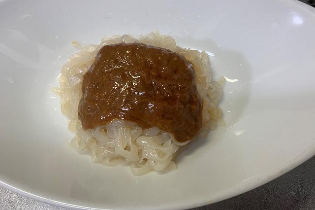 アイエー・フーズの蒟蒻汁なし担々麺の盛り付け例
